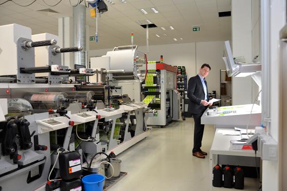 Erwin Pudek, Insignis-Geschäftsführer, an der Zehnfarben-Hybridmaschine MO-4.
