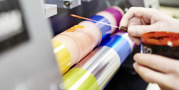 Qualitätsprüfung von Druckfarben mit Andruckgerät im Labor.